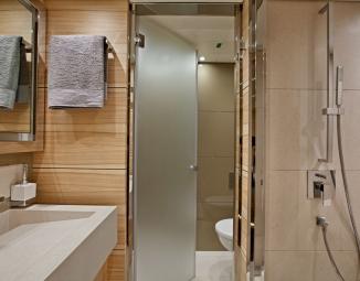 17-sanlorenzo-alloya-40-vip-s-bathroom-lr61AEE462-1978-D4D3-C1D5-BAC1C8620FCD.jpg